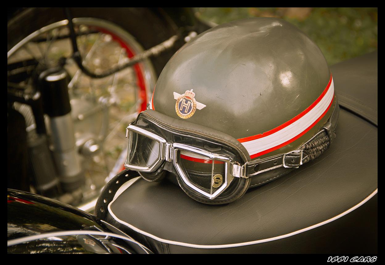 Helm und Sitzbank