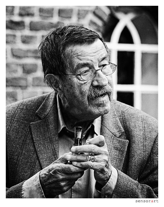 Günter Grass raucht Pfeife